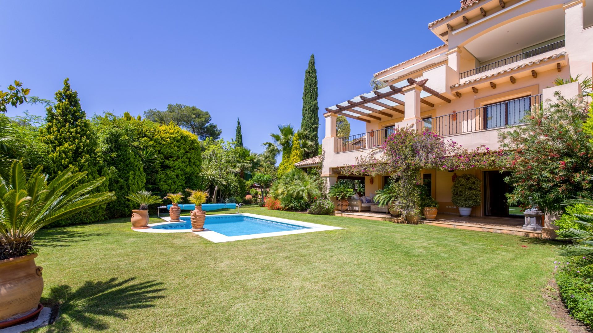 Luxury garden apartment in 5 star aloha park nueva - Luxury homes marbella ...